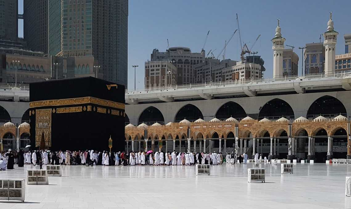 """Dari 'Aisyah-radhiyallahu 'anha- menyatakan: """"Dan aku dak pernah melihat Nabi berpuasa satu bulan penuh kecuali bulan ramadhan. Sebagaimana aku dak pernah melihat beliau lebih banyak berpuasa daripada bulan Sya'ban"""". [Bukhari dan Muslim]"""